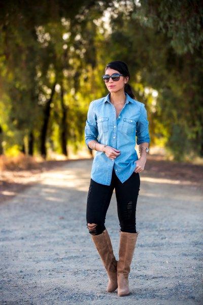 blå chambray-skjorta med knappar och svarta skinny jeans