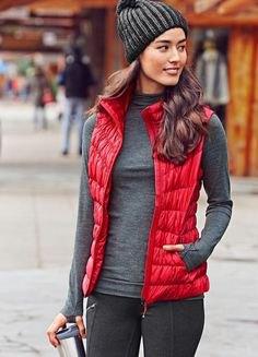 röd nylonväst med grå stickad hatt och grå tröja