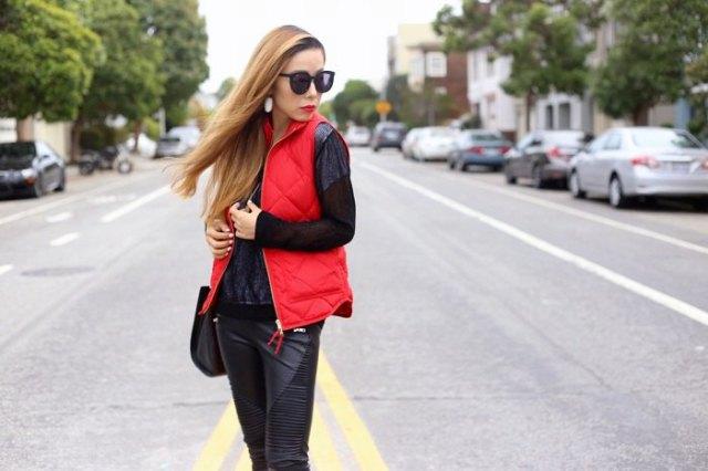 röd quiltad väst med en helt svart outfit
