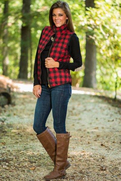 röd och svart rutig väst med mock hals och bruna knähöga läderstövlar