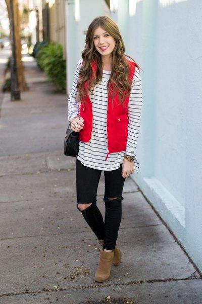 röd quiltad väst med svartvitt randig långärmad T-shirt