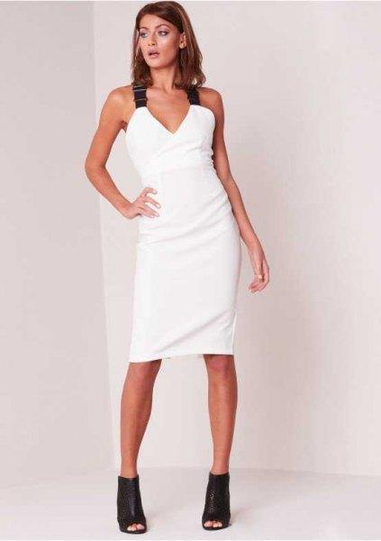 vit bodycon-klänning med V-ringning och svarta remmar