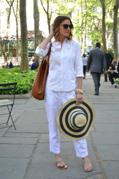 vit skjorta med knappar och himmelblå, beskurna byxor