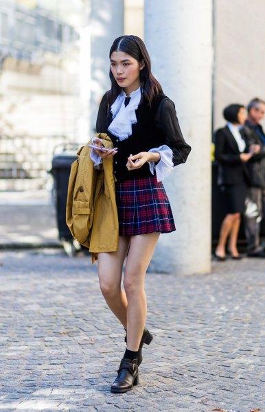 svart blus med ljusblå krage och röd mini raid kjol