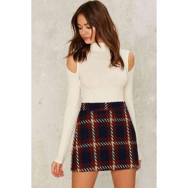 vit ribbad tröja med kall axel och falsk hals och svart rutig ull mini kjol