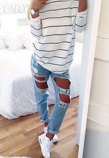 vit-svart randig långärmad T-shirt med superrivna ljusblå jeans