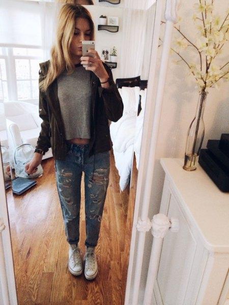 grå kort t-shirt med svart skinnjacka och rippade jeans med manschetter