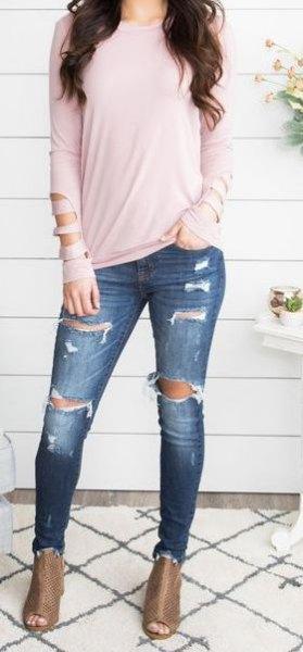 Ljusrosa långärmad T-shirt med mörkblå jeans och stövlar med öppen tå
