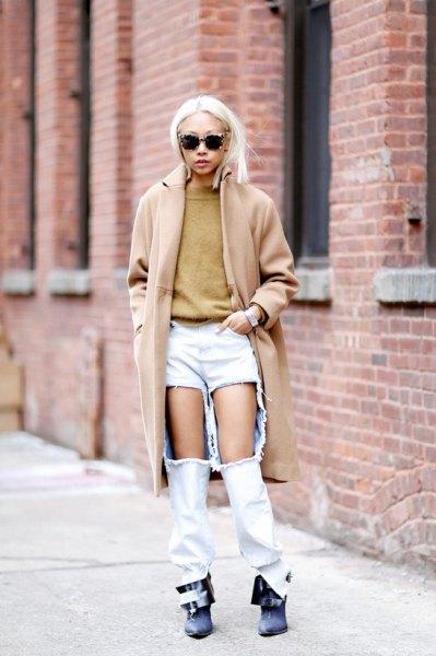 Blush rosa lång ullrock med superrivna vita jeans