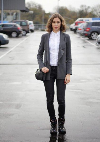 grå överdimensionerad blazer med vit skjorta och svarta, smala kostymbyxor