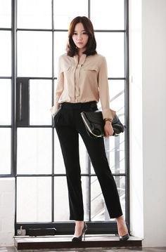 blekrosa skjorta med knappar och svarta, smala kostymbyxor