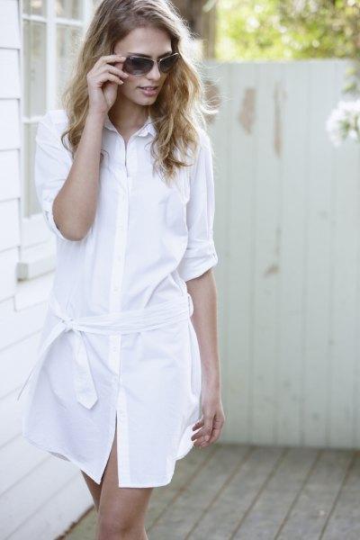 miniklänning i vit bomull med knappar och halva ärmar