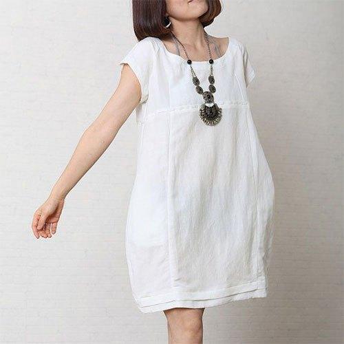 kortärmad miniklänning i vit bomull med boho-halsband