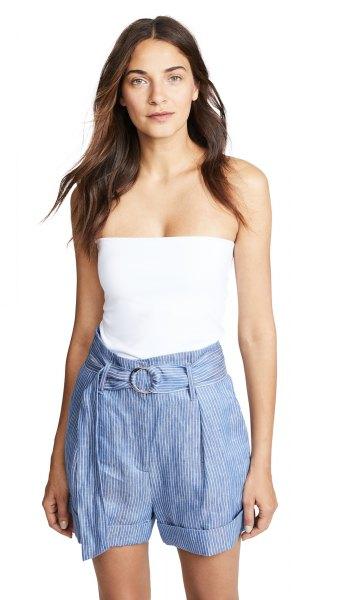 vit, passformig tubtopp med blå randiga minishorts