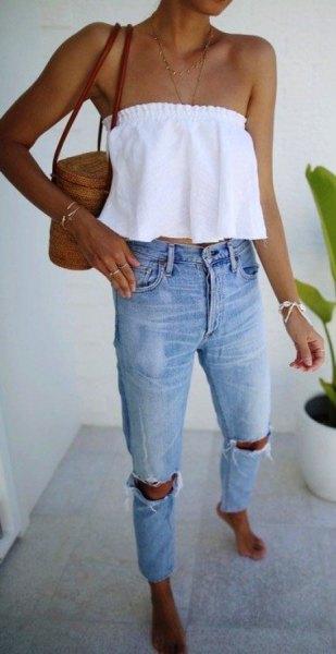 vit axelbandslös crop top med rippade jeans