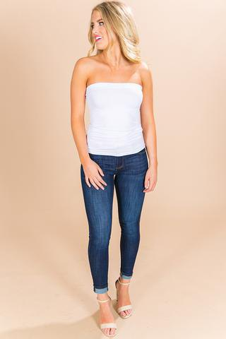 vit tubtopp med mörkblå jeans med manschetter