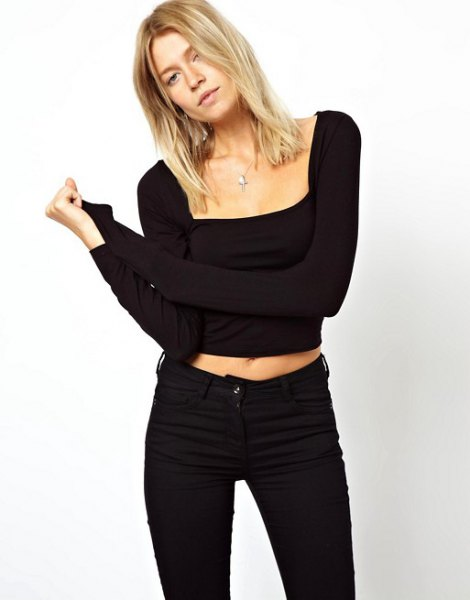 svart, kortärmad, beskuren topp med fyrkantig urringning och smala jeans