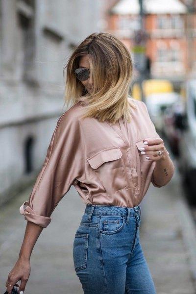 Roséguld satin långärmad skjorta med mamma jeans
