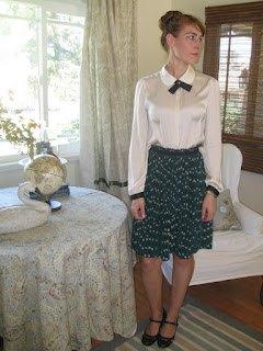 ljusgul rosettskjorta med midisvart kjol