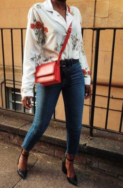 vit blus med blommönster och blå jeans