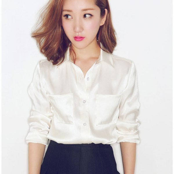 blekrosa satinskjorta med svart pennkjol