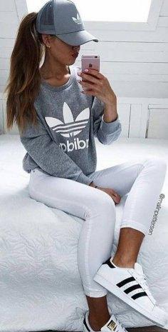 grå grafisk tröja med vita löpande leggings