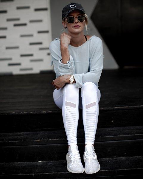 grå tröja med vita tights