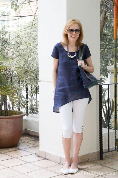 Mörkblå tunikatopp med vita, korta leggings