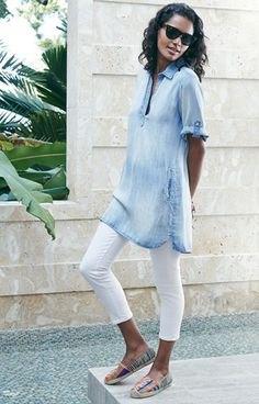 ljusblå chambray kortärmad tunika-polotröja med vita leggings