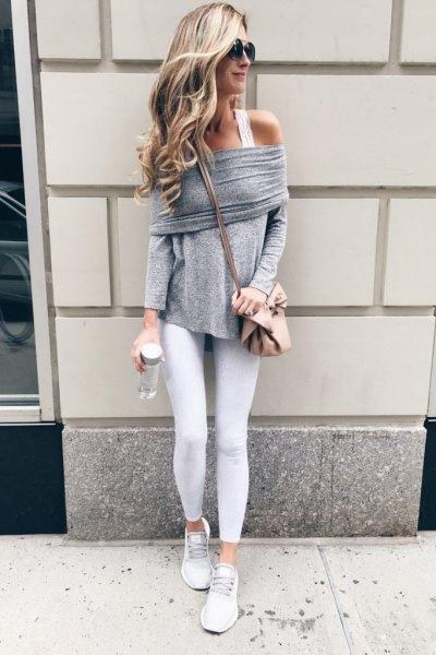 grå av axeltröjan med vit linne och sneakers
