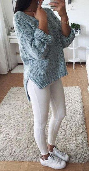 grå, tjock stickad tröja med leggings och sneakers