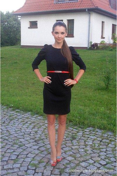 svart knälång klänning med tre fjärdedelar ärmar och bälte