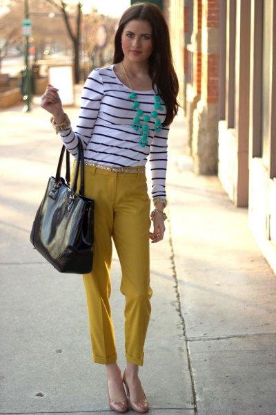 svartvit randig långärmad T-shirt med senapsskuren byxa