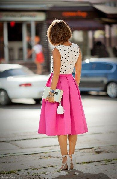 ärmlös blus med vita och svarta prickar och en rosa veckad midikjol