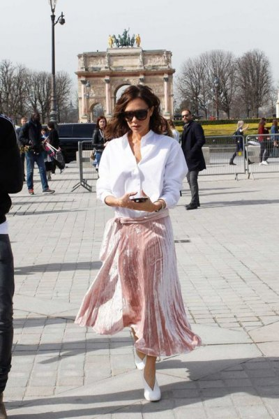 vit skjorta med knapp och rosa sammet midikjol