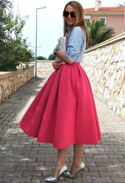 ljusblå chambray-skjorta med rosa utsvängd midiklänning och silverklackar