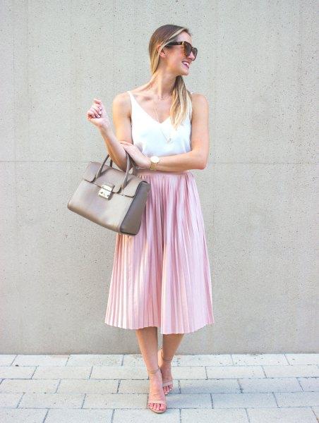 vit V-ringad linne och rosa sidenvikad midikjol