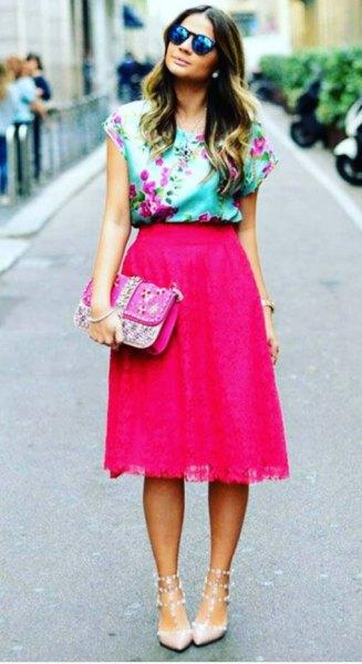 Ljusblå ärmlös sidenblus med blommigt tryck och rosa midikjol