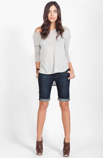 grå långärmad T-shirt med en axel och mörkblå, knälång stretchshorts
