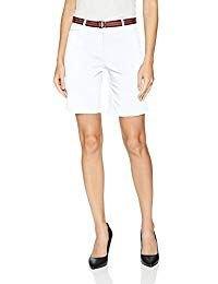 vit linne med knälång chinoshorts med bälte