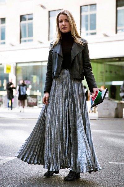 silver veckad kjol med svart skinnjacka