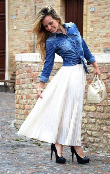blå jeansjacka med vit maxikjol