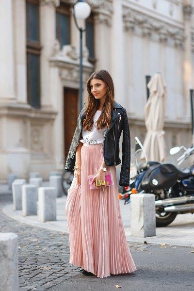 rodnande rosa veckad kjol med svart skinnjacka