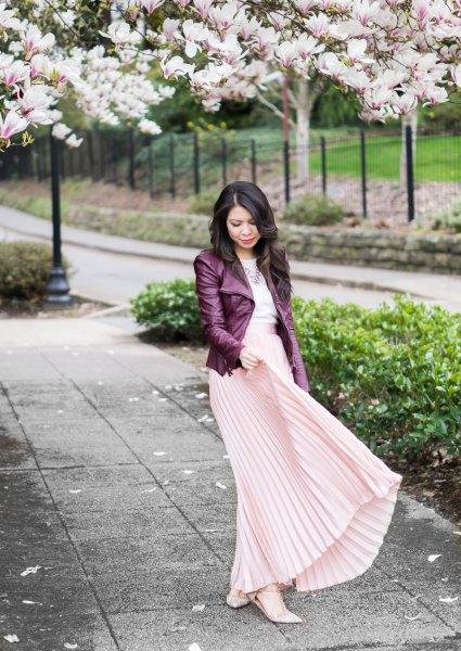svart skinnjacka med ljusrosa maxiklädda kjol