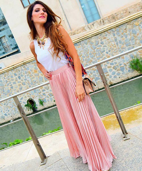 vit linne med rosa maxikjol