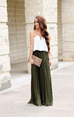 vit topp med älskling halsringning och grön maxi veckad kjol