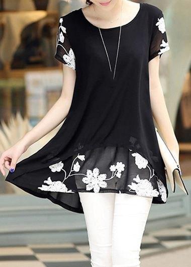 svart och vit tunikablus med blommönster och smala jeans