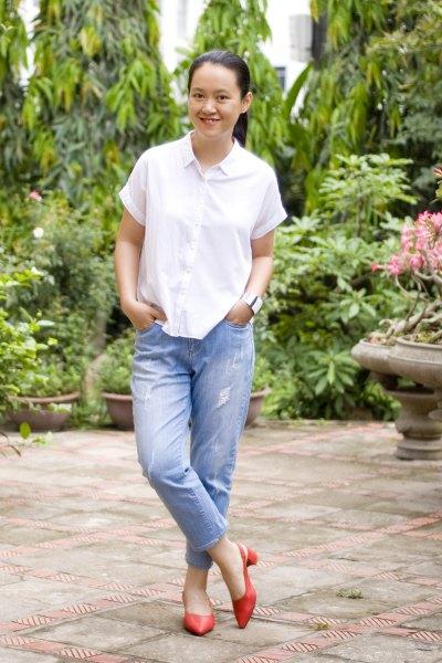 vit kortärmad skjorta med knappar och blå pojkvänjeans