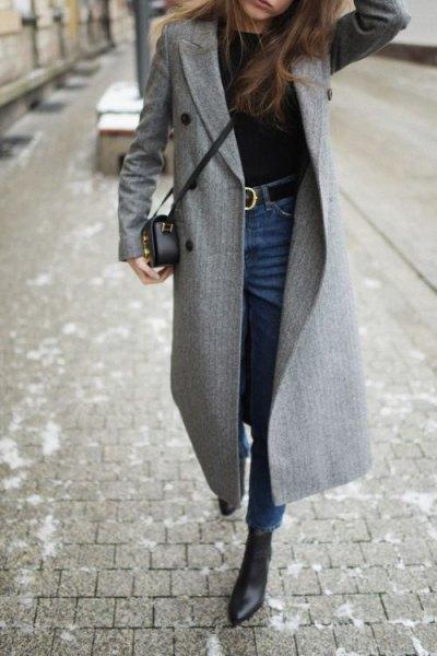grå rullrock med blå skinny jeans med högt bälte