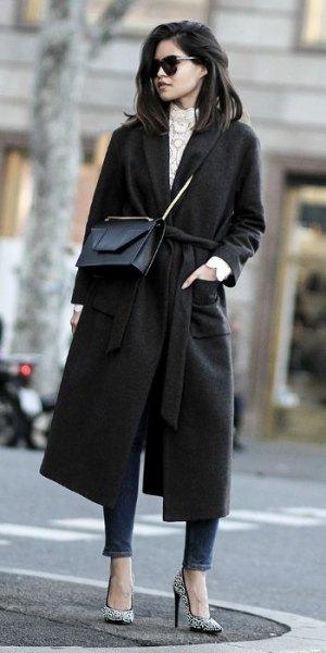 svart rullrock med grå stickad tröja med ståkrage och ankeljeans